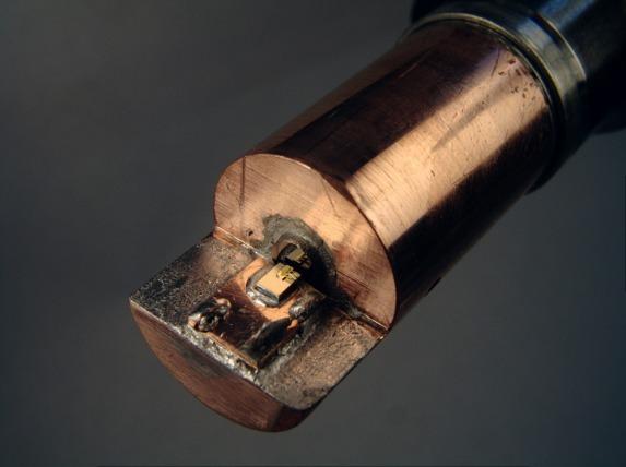 insert do komory ciśnieniowej z laserem półprzewodnikowym i optyką.